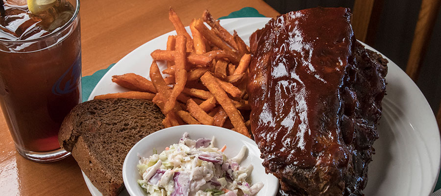 Quit Qui Oc Restaurant Barbeque ribs and coleslaw